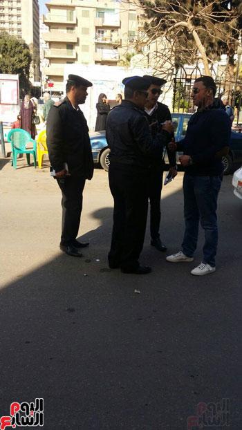 تحرير مخالفة لسائق بشارع منصور