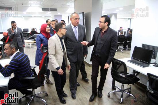 داندراوى الهوارى رئيس التحدرير التنفيذى ومحمد البديوى رئيس قسم الاقتصاد خلال جولة الجندى  (1)