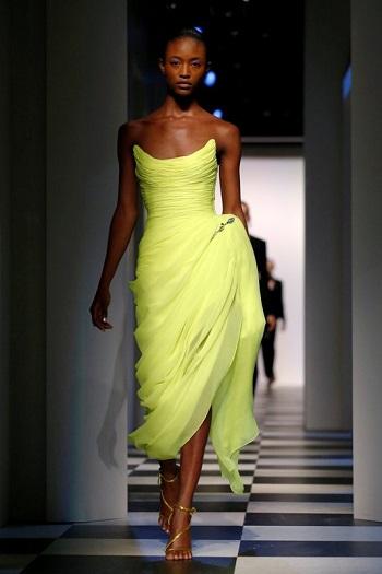 فستان بلون مشرق فى مجموعة مونسى