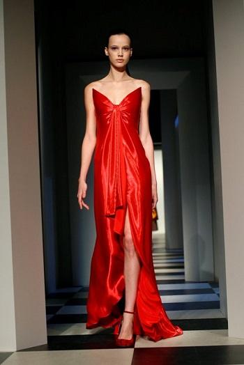 فستان أحمر مشرق