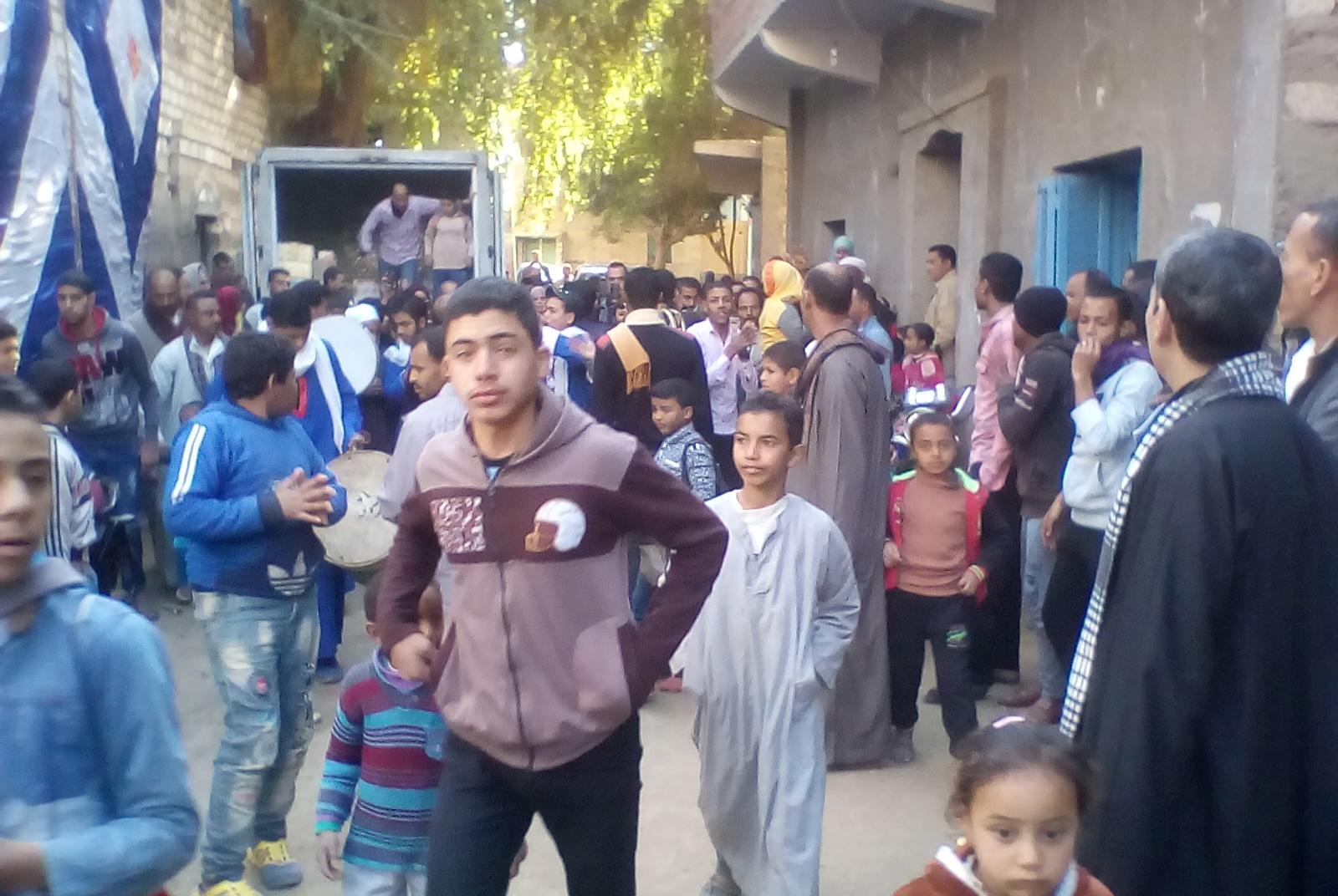 قرية الاسماعيلية بالمنيا  تستقبل صاحبة مبادرة أولادها سندها بالطبل البلدي والرقص الفلاحي (2)