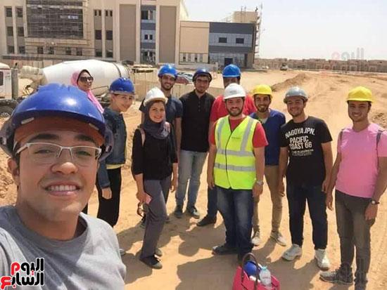 طلاب الهندسة بموقع العمل