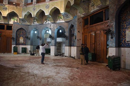 ساحة الضريح ملطخة بدماء المصابين والقتلى عقب انفجار القنبلة