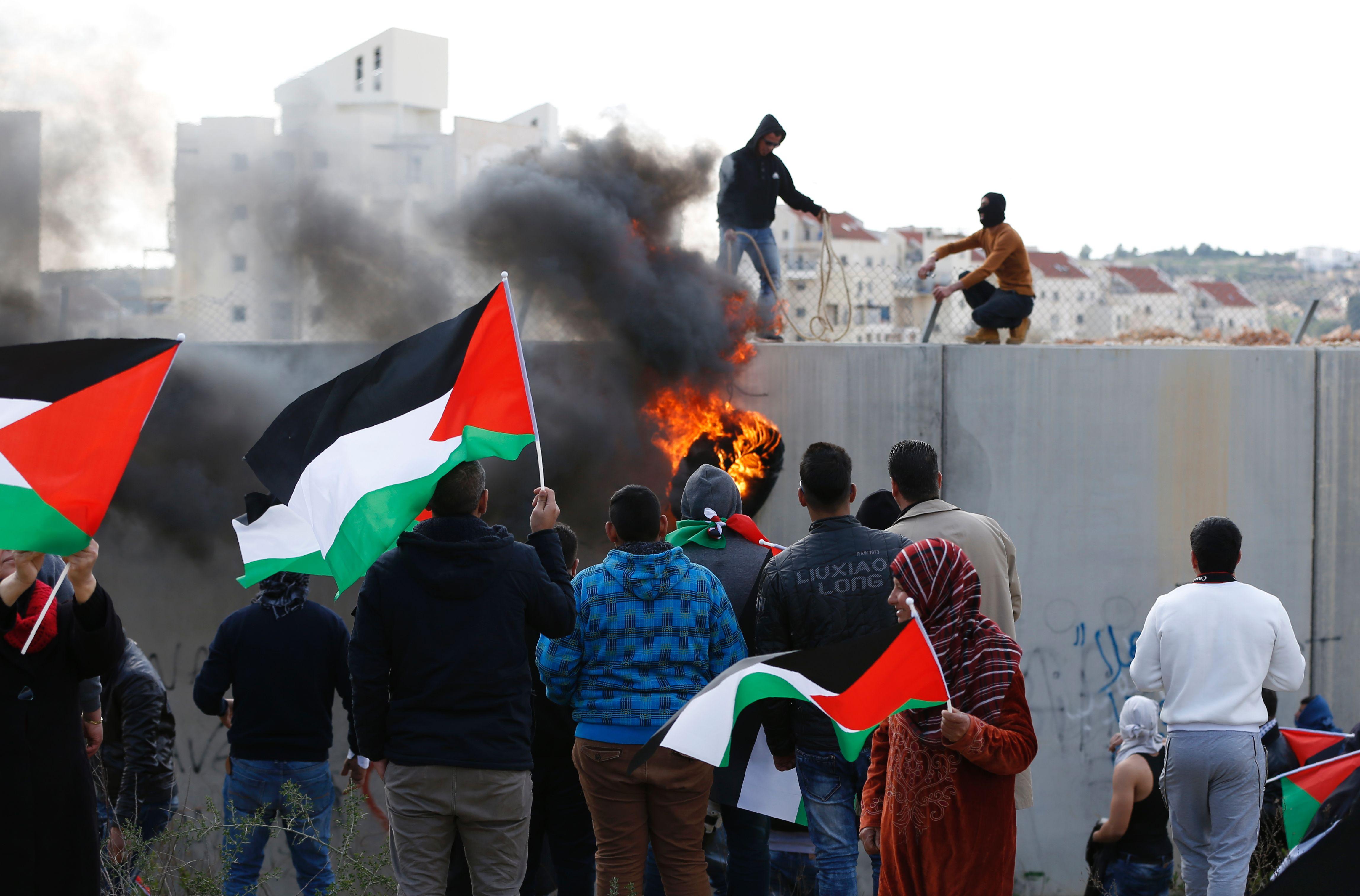 فلسطينيون يحيون الذكرى الـ12 لانطلاق المقاومة الشعبية فى بلعين