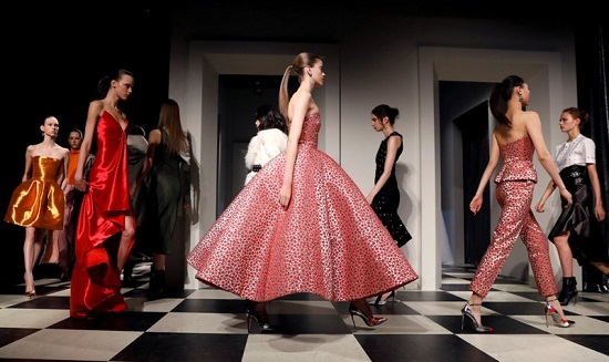 جانب من عرض أزياء أوسكار دى لارينتا ومونسى