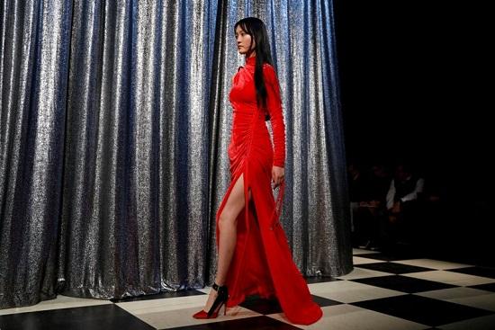 فستان بلون أحمر مشرق