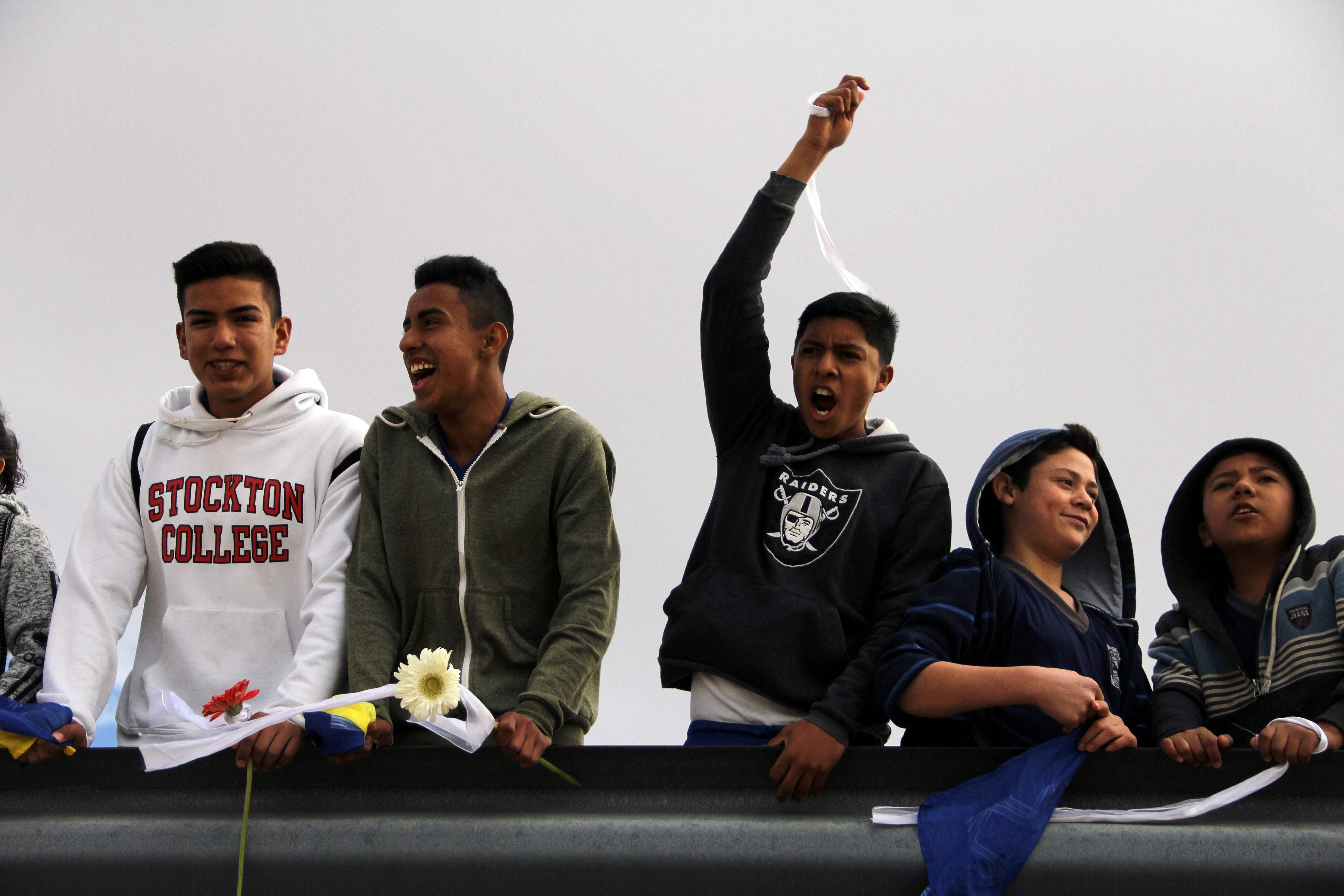 شباب يشاركون فى الوقفة الاحتجاجية ضد قرار ترامب