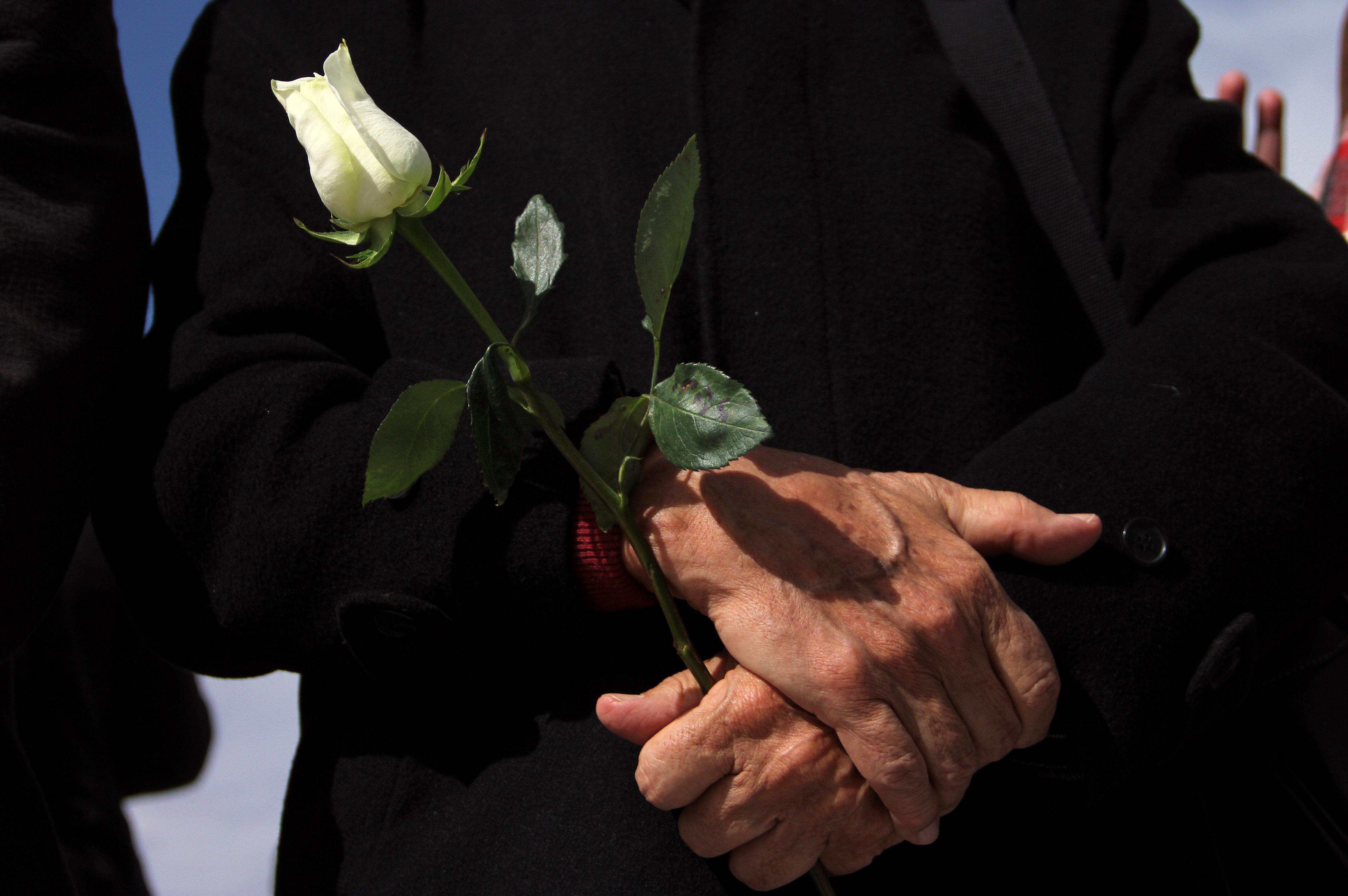 أحد المشاركون فى الفاعلية يحمل ورد
