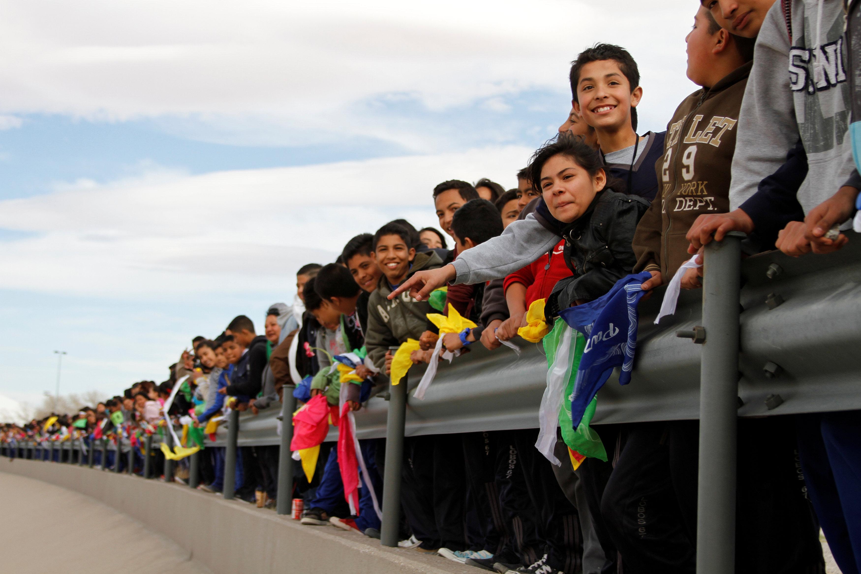 جدار بشرى على حدود المكسيك مع الولايات المتحدة تنديدا بترامب