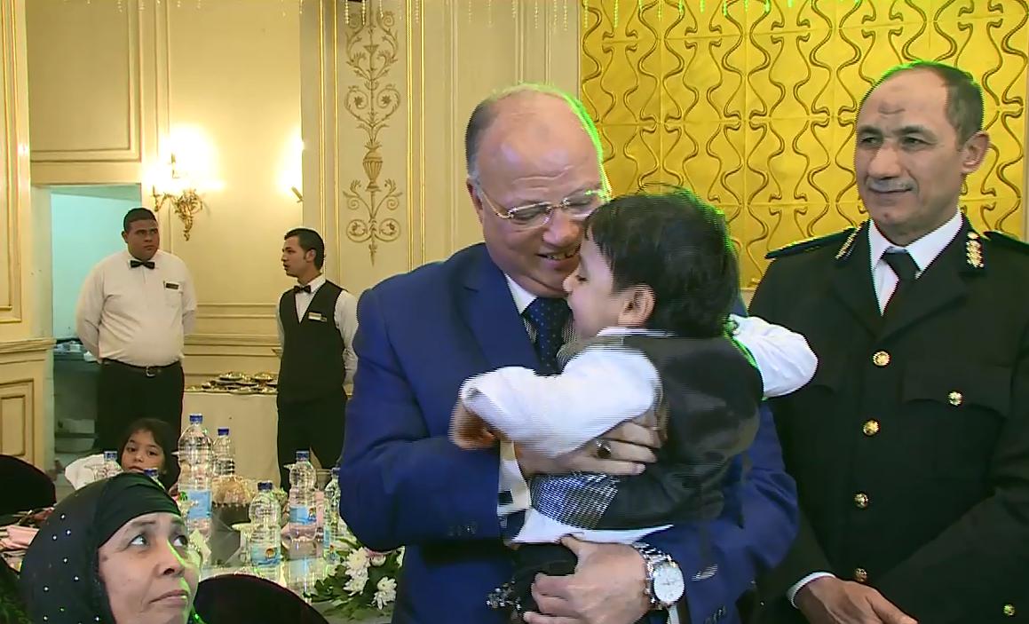 •مدير أمن القاهرة يقبل طفل شهيد