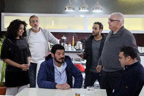 فريق عمل المسلسل يستمعون الى تعليمات المخرج محمد النقلي
