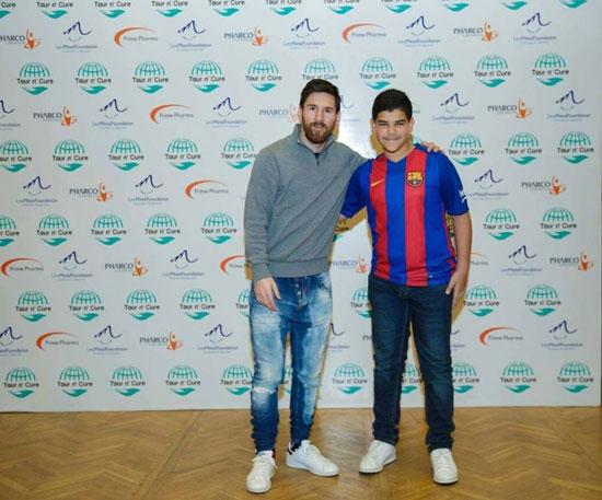 ميسى مع طفل يرتدى تيشيرت برشلونة