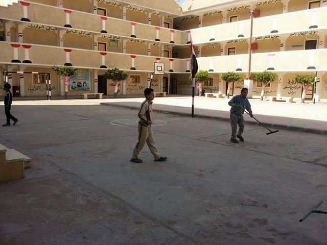 الطلاب ينظفون مدارسهم بإدارة غرب كفر الشيخ
