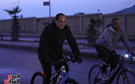 الرئيس السيسى يستقل دراجته خلال الماراثون