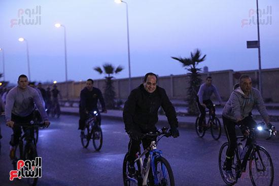 السيسى يقود ماراثون فى الصباح الباكر مستقلا دراجته وسط طلاب الشرطة