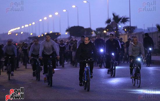الرئيس يقود دراجته وسط طلاب أكاديمية الشرطة
