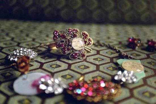 مجوهرات مصنوعة من الخطابات