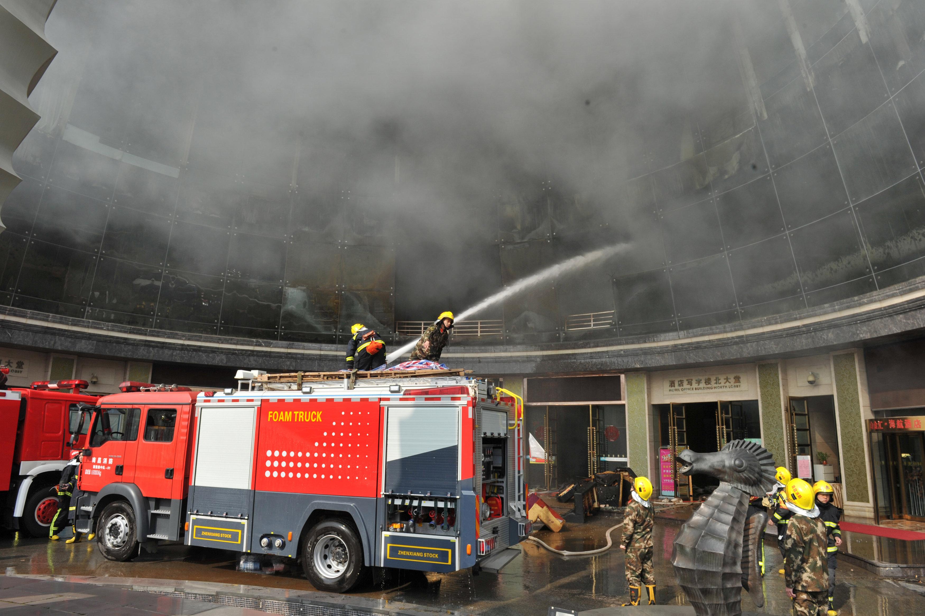 سيارات الاطفاء تكافح الحريق