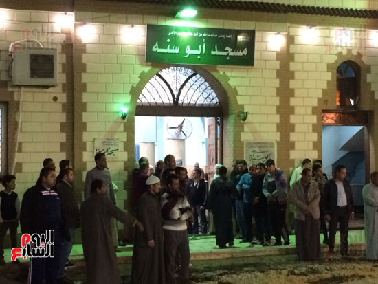 جانب من توجه جثمان والد أبو تريكة للمسجد