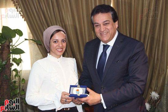 وزير التعليم العالى والطالبة الفائزة