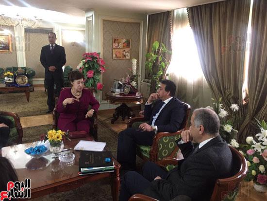 نوال الدجوى مع وزير التعليم العالى