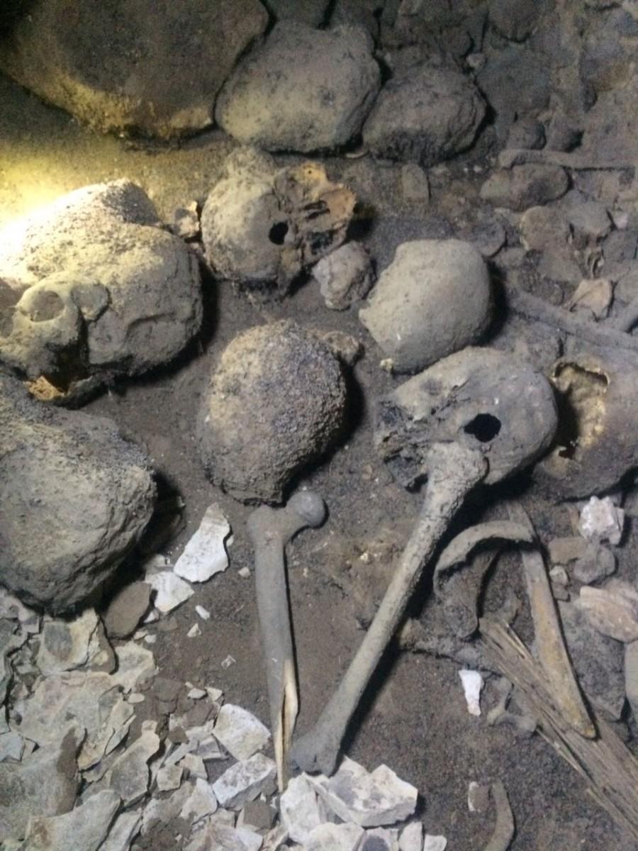 2- جانب من الاواني الفخارية والهياكل داخل الحفرة