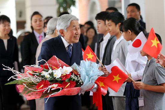 استقبال-الأمبرطور-اليابانى-بأعلام-فيتنام