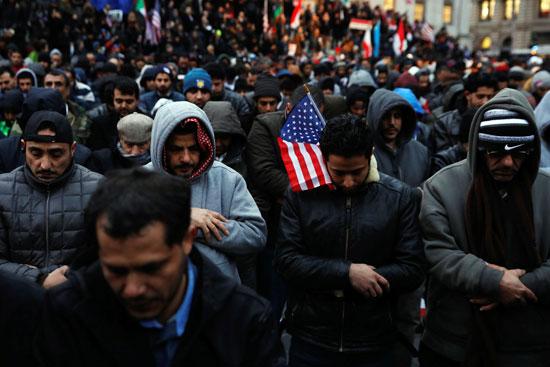 مسلمون يصلون خلال الاحتجاج على قرارات ترامب