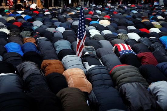 المسلمون يصلون خلال الاحتجاج ضد ترامب فى نيويورك