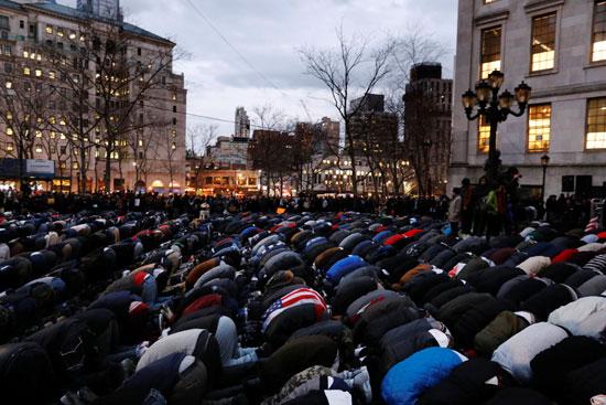 مسلمون فى أمريكا يصلون خلال الاحتجاج ضد قرار ترامب