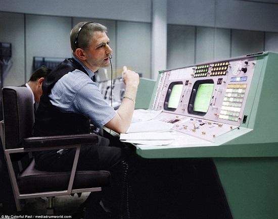 يوجين كرانز مدير الطيران بناسا  أثناءمراقبة المهمة في أبريل 1970