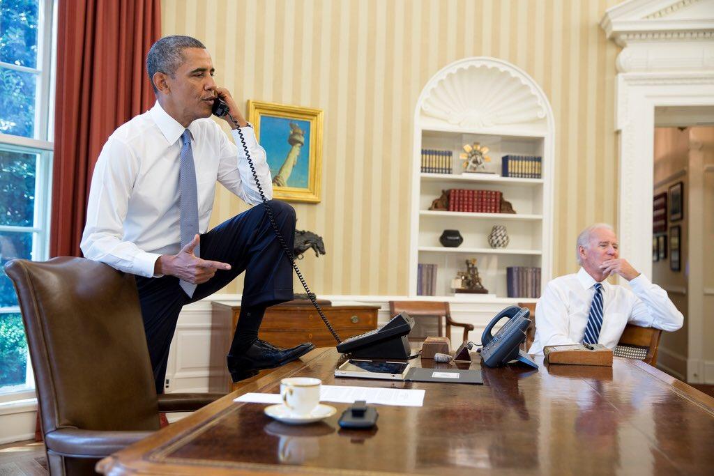 صورة متداولة لأوباما واضعًا نعليه على المكتب