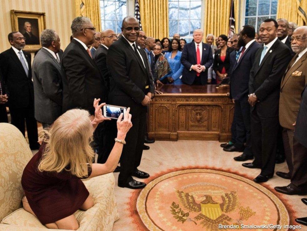كيليان كونواى تلتقط صورًا لاجتماع ترامب مع ممثلين سود عن الجامعات الأمريكية