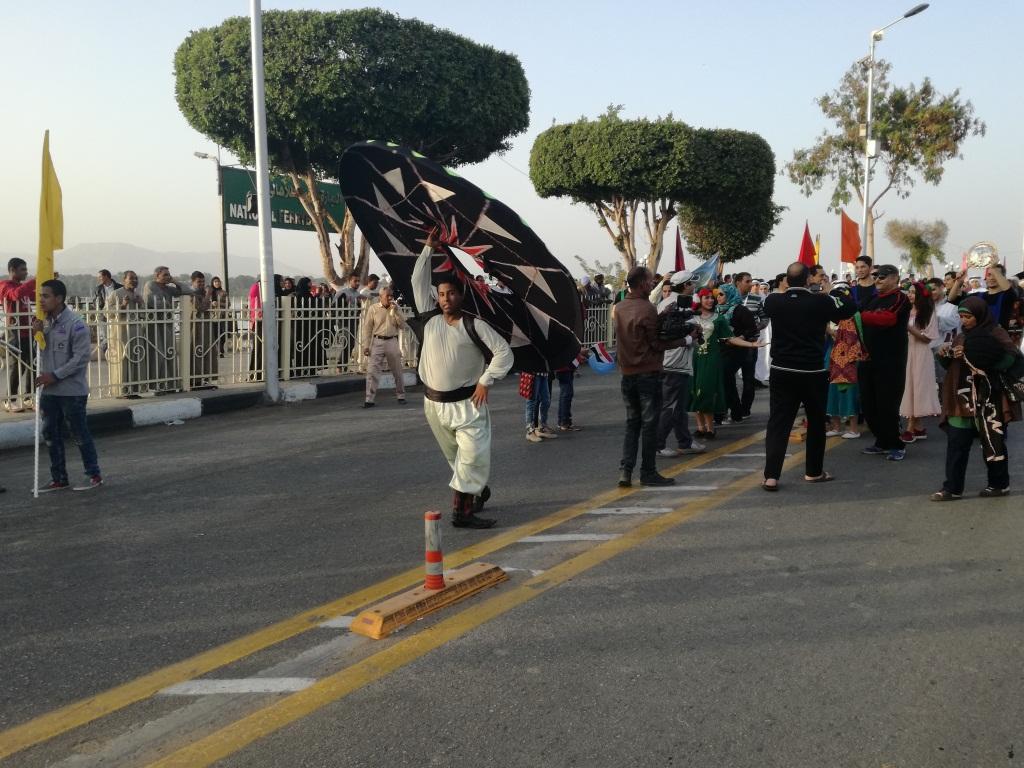 التنورة تتألق خلال مسيرة الفرق الشعبية بالأقصر