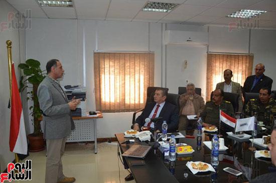 محافظ كفر الشيخ يستمع لشرح وافٍ عن المحطة