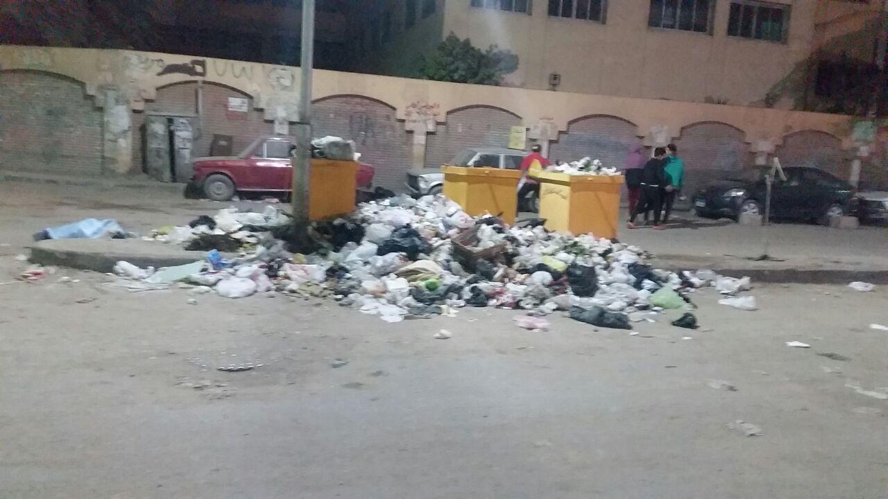 صناديق القمامة أمام المدرسة