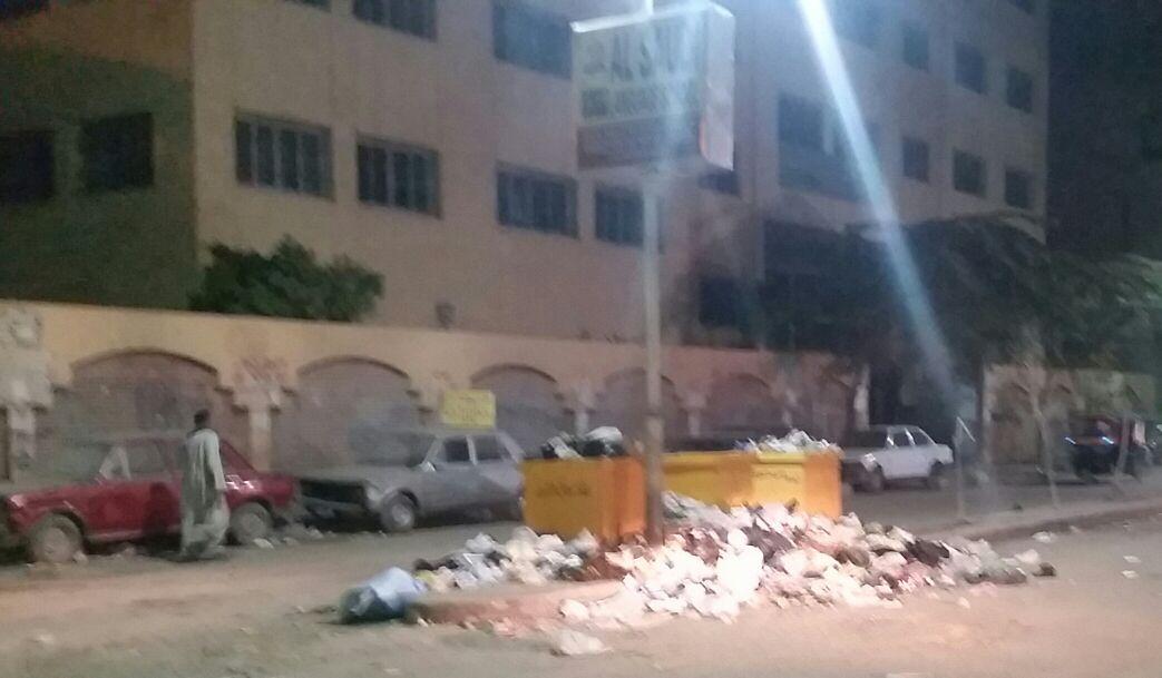 جانب من القمامة أمام المدرسة