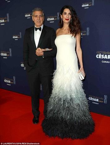 تظهر بفستان Atelier Versace