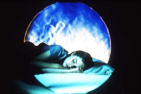 فتاة تحلم
