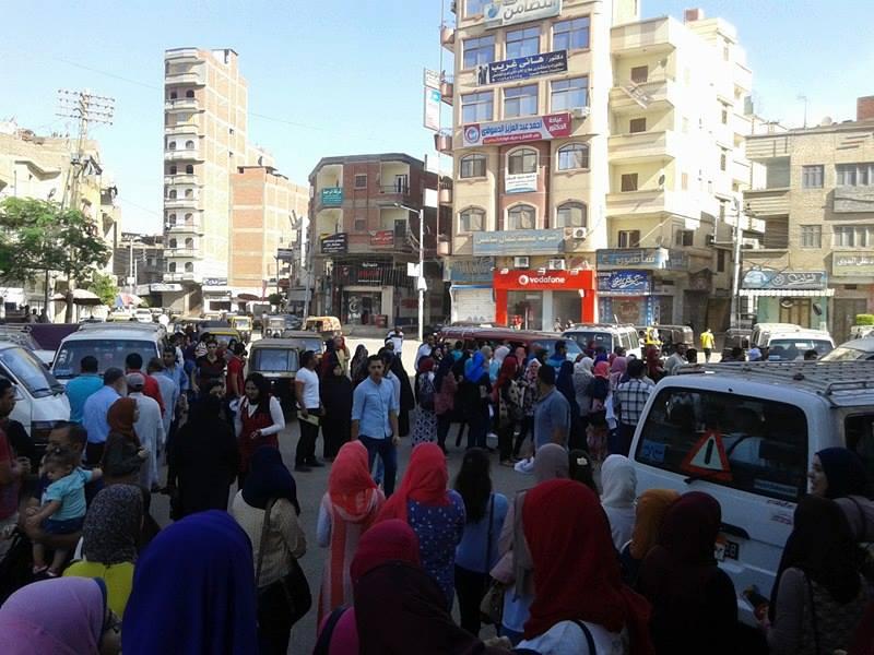 2 تكدس المواطنين بالشوارع
