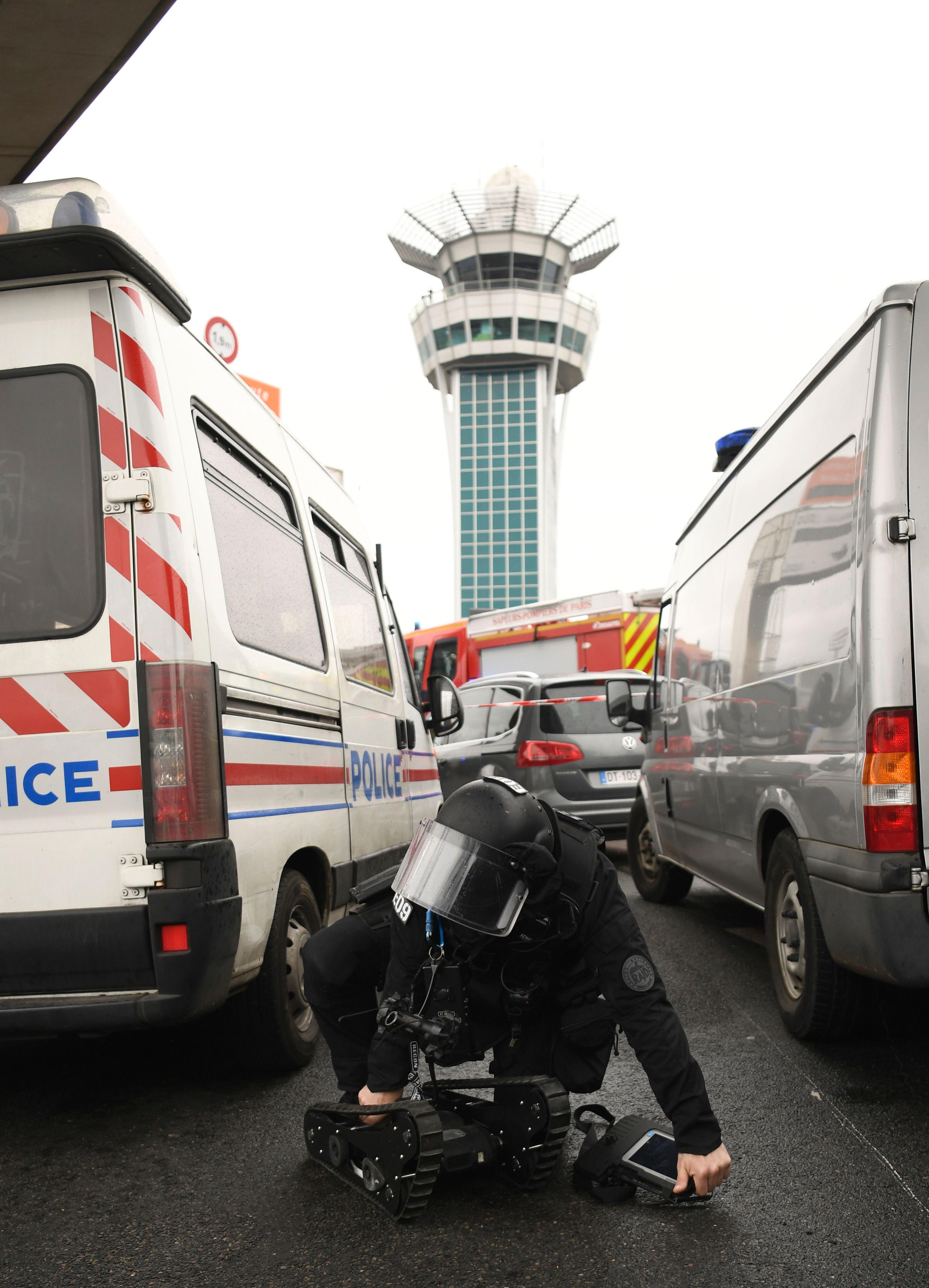شرطى فرنسى خلال البحث عن متفجرات