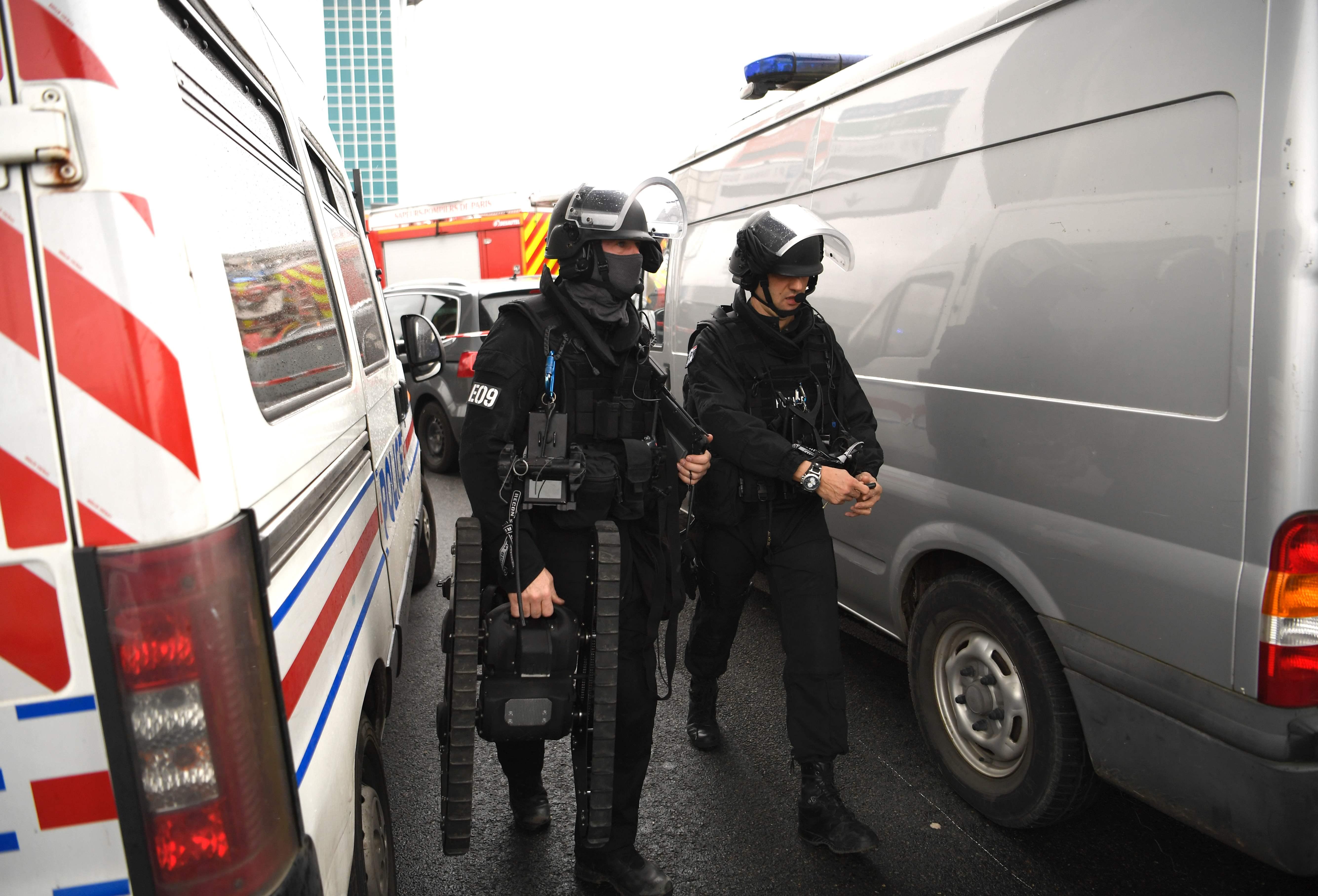 الشرطة الفرنسية خلال عملية البحث عن متفجرات بالمطار