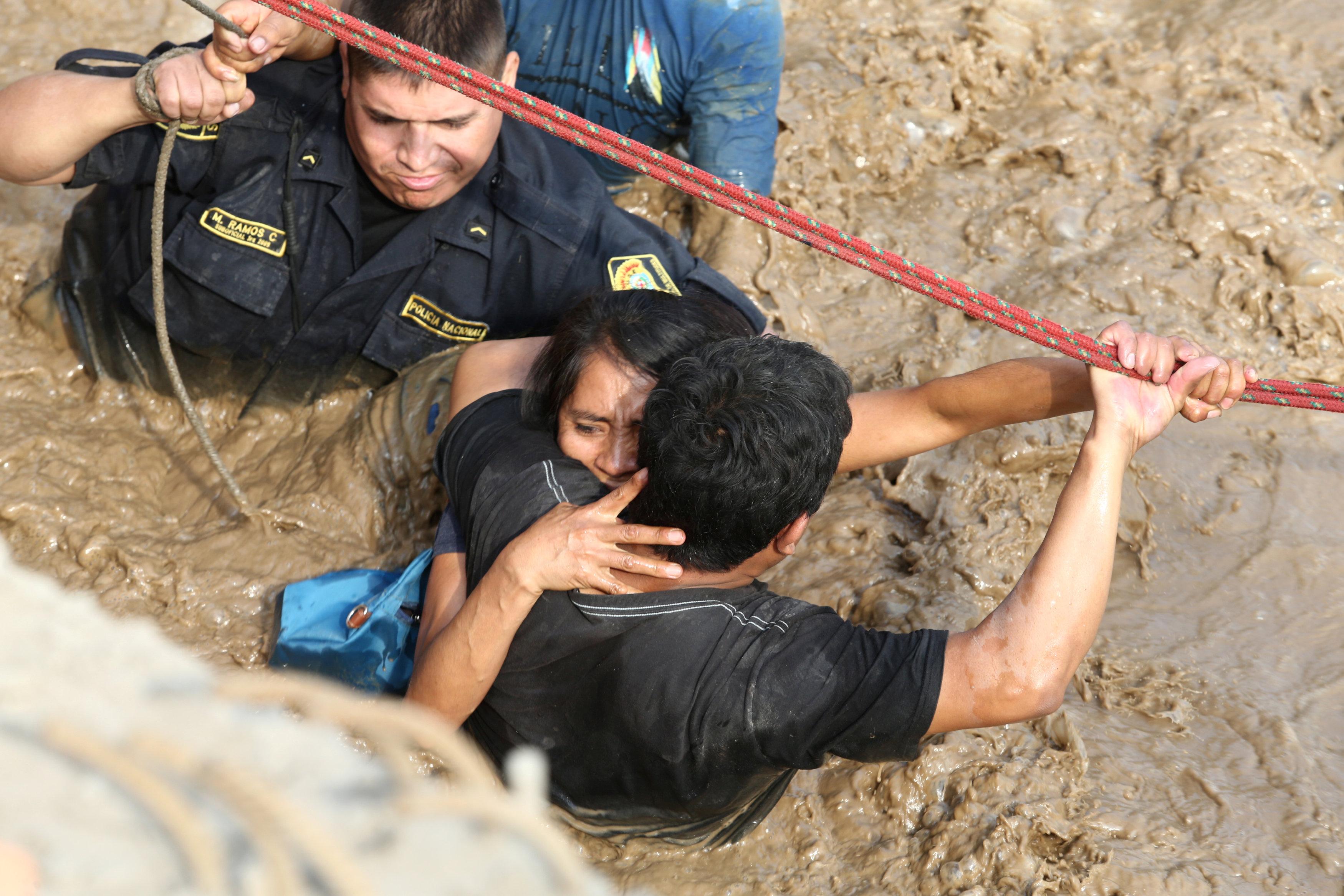 محاولات انقاذ فتاة عالقة وسط مياه الفيضان