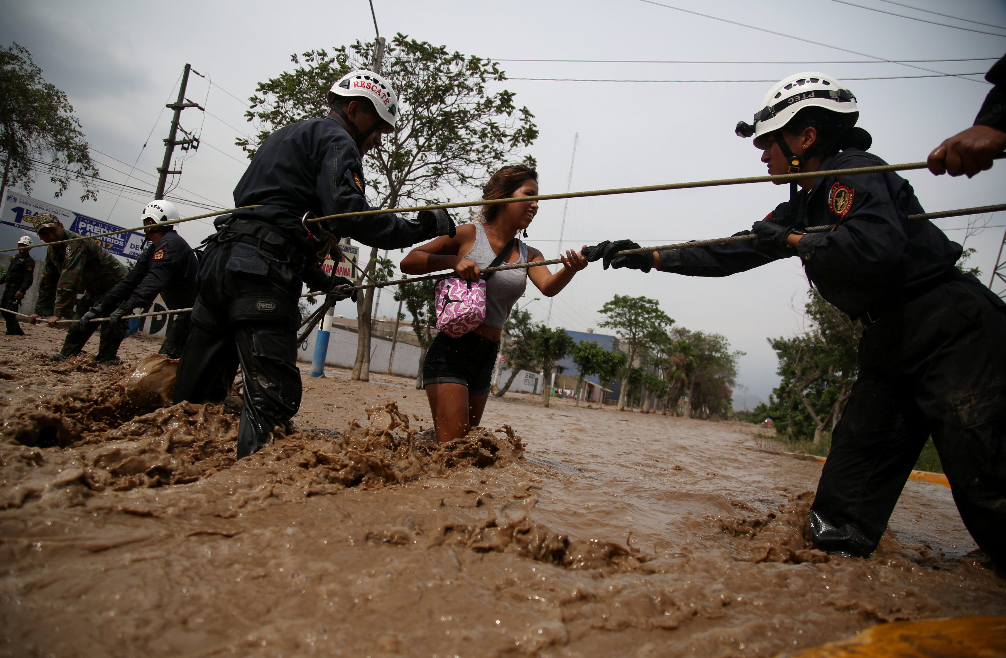 قوات الأمن تحاول انقاذ سيدة من مياه الفيضان