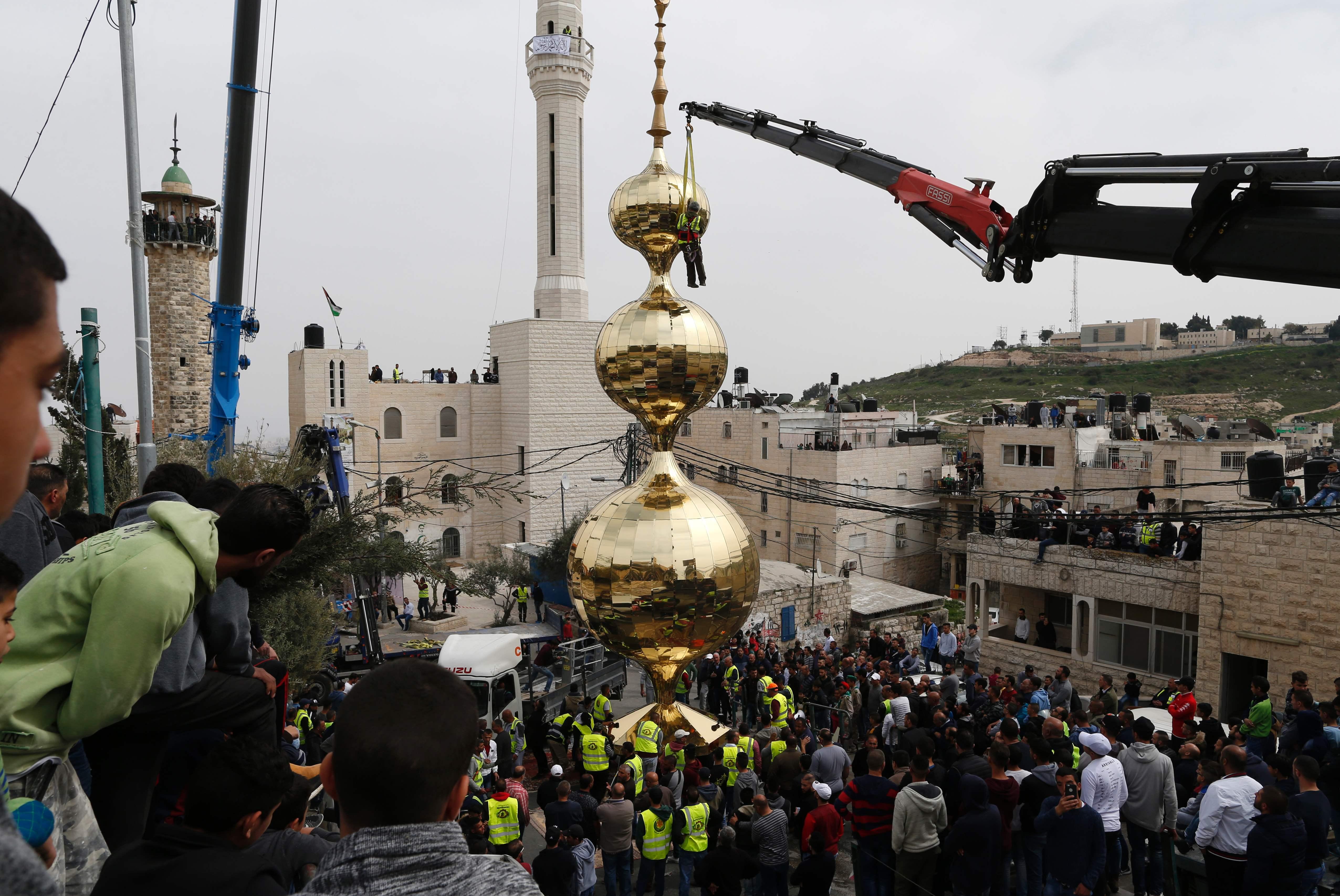 رفع هلال مئذنة مسجد فى قرية العيسوية