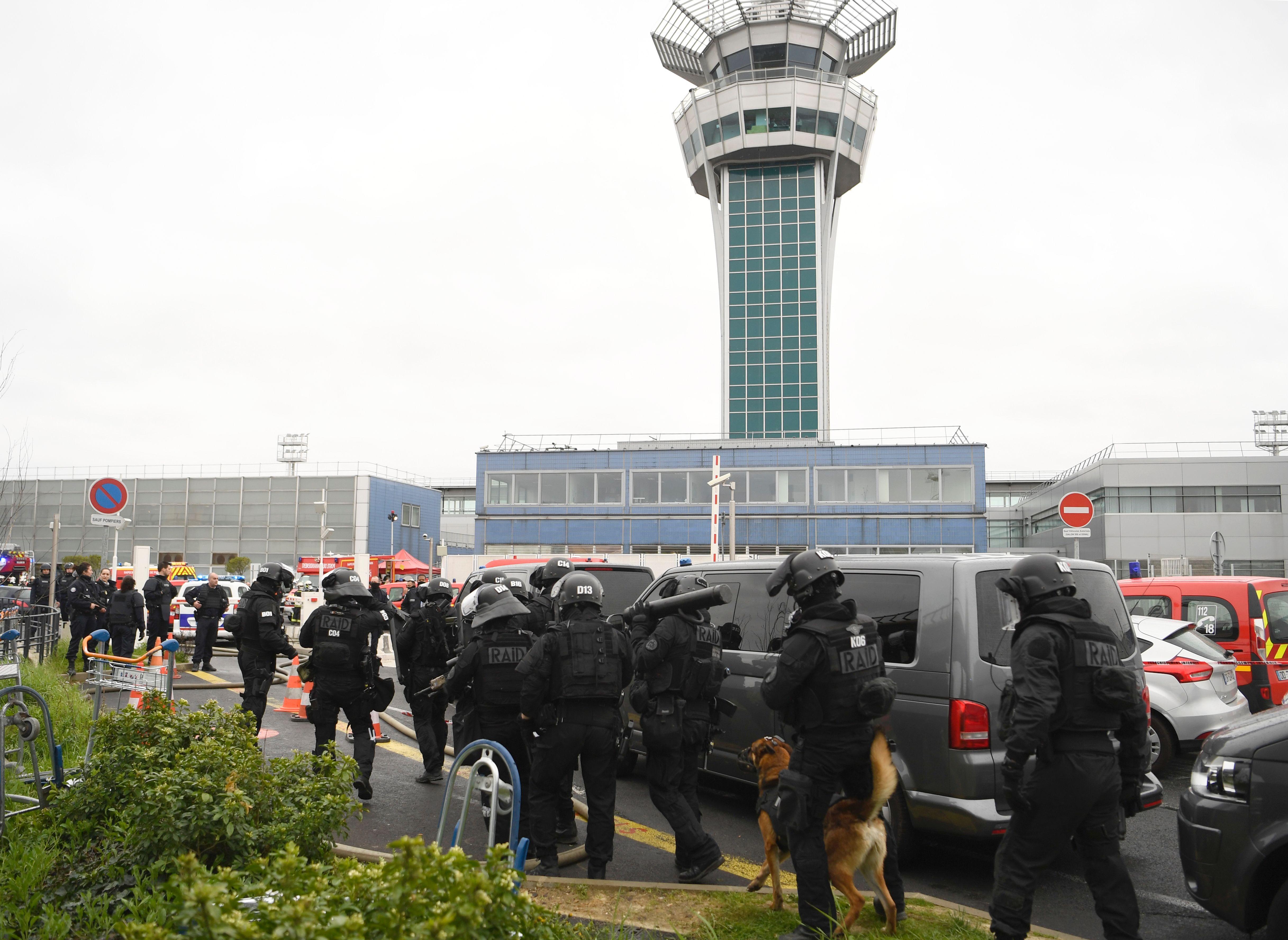 تشديدات أمنية فى محيط المطار