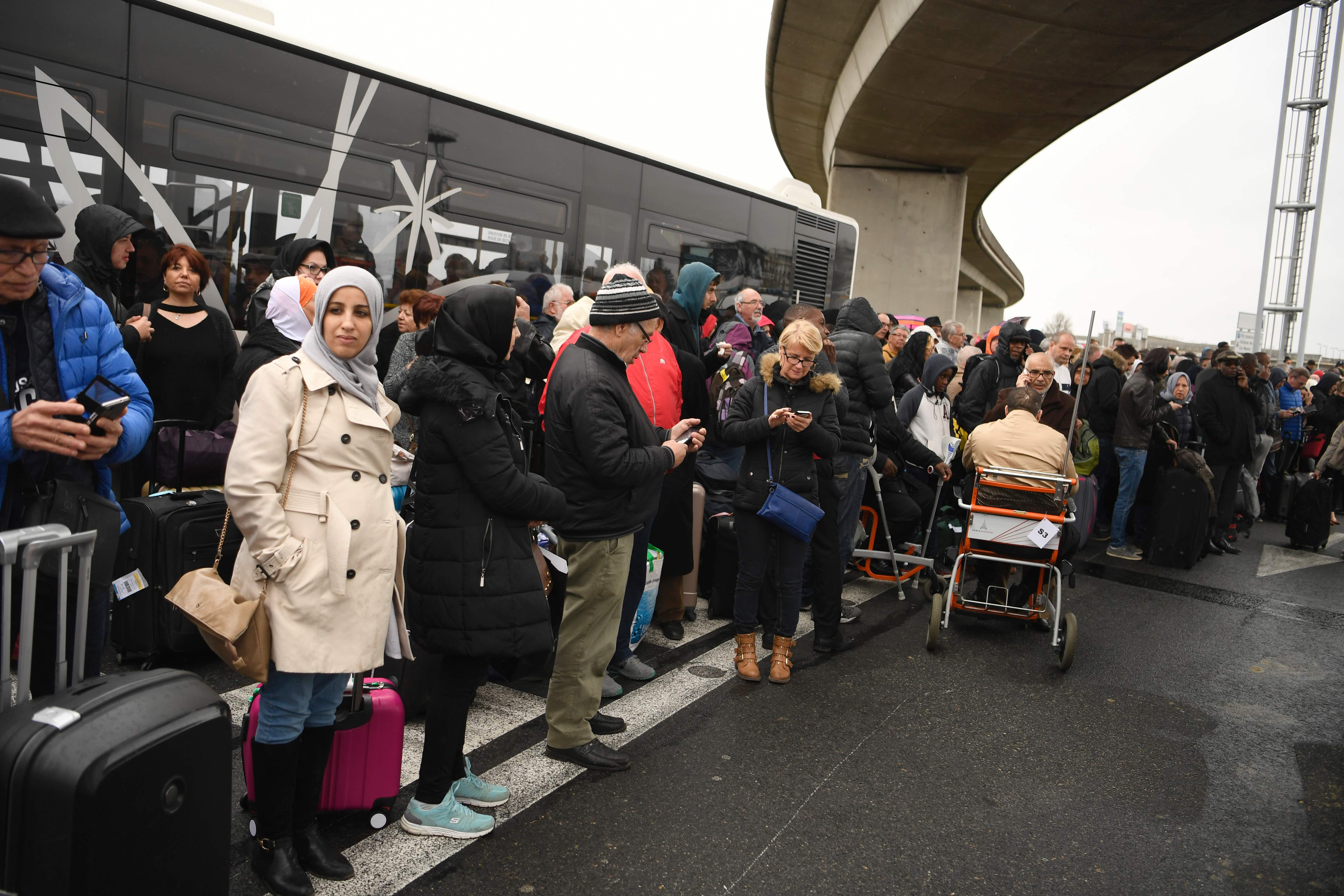 اخلاء المسافرين من مطار أورلى