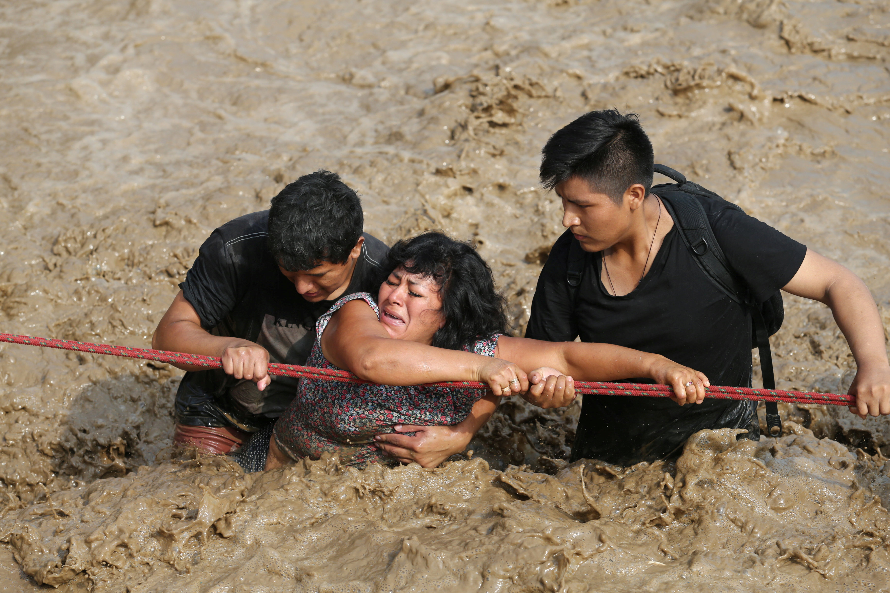 شاب يحاول إنقاذ سيدة