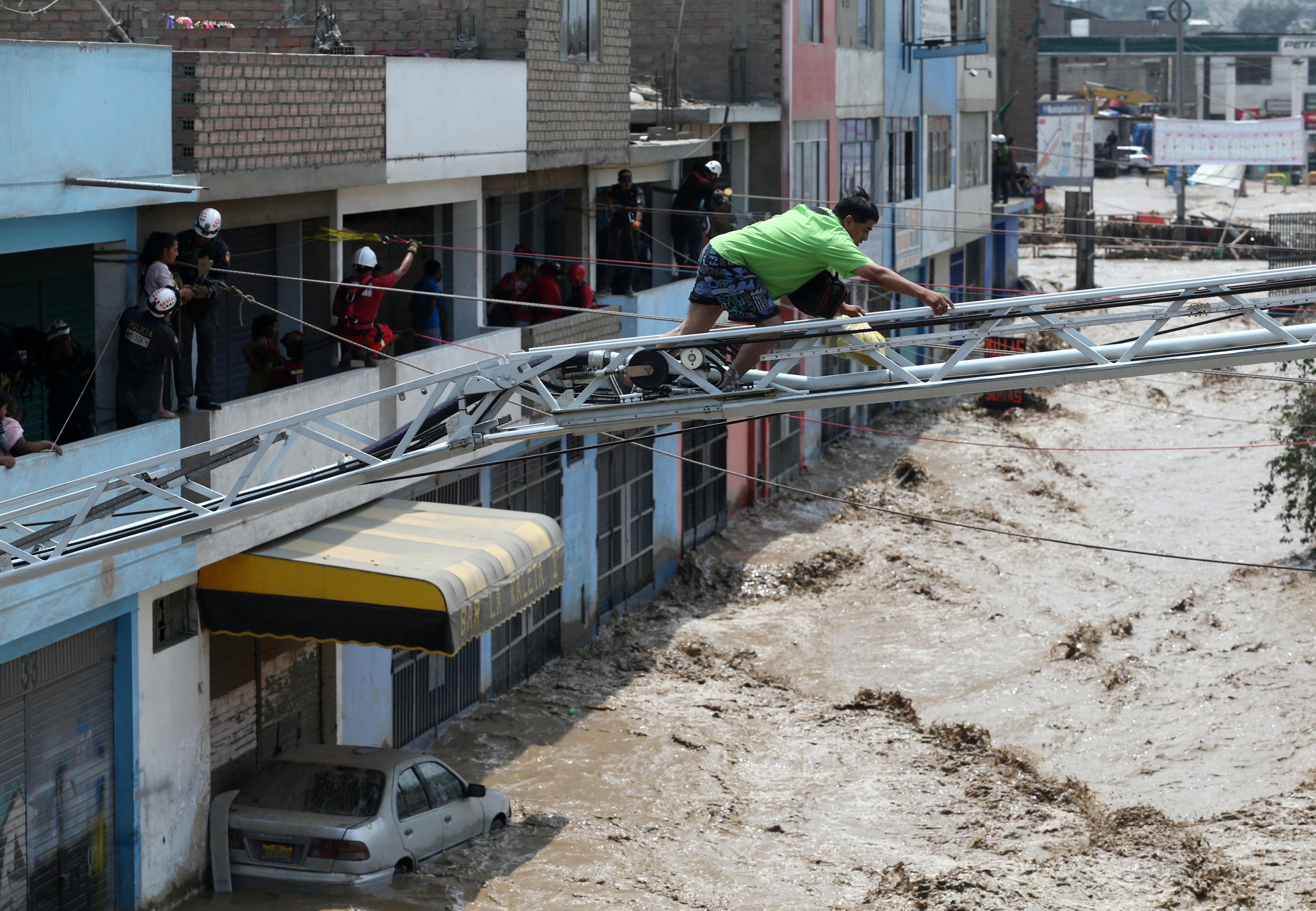 محاولات الانقاذ من مياه الأمطار