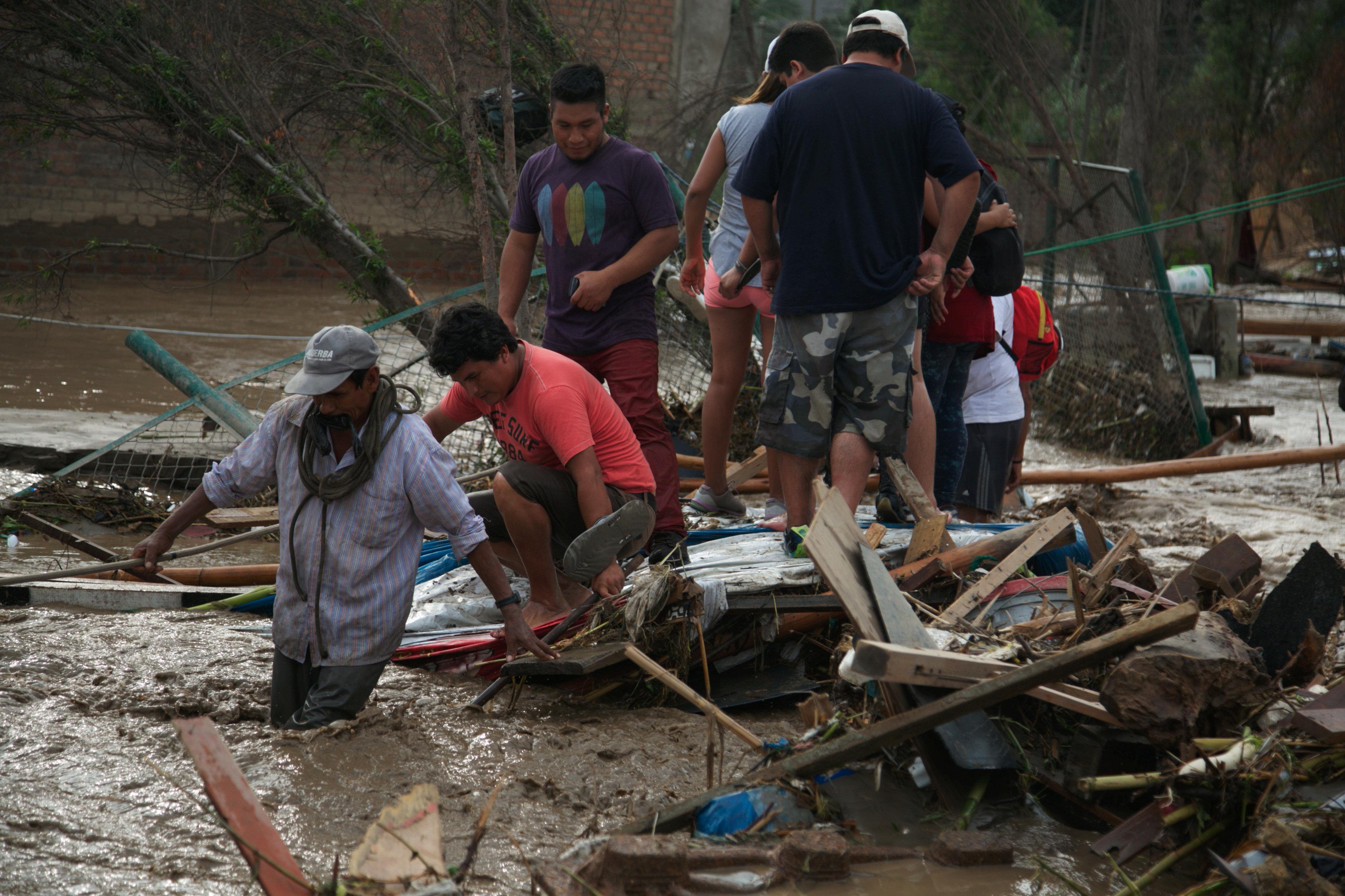 أشخاص يسعون للنجاة من مياه الامطار